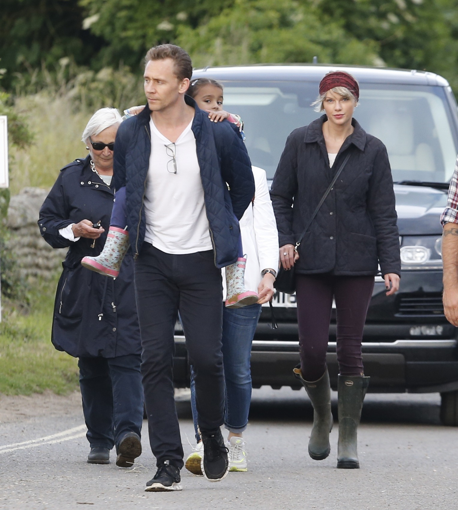 Picture Shows: Tom Hiddleston, Taylor Swift June 26, 2016 Tom Hiddleston And Girlfriend Taylor Swift Seen Out with His Mum And The Family As They Take A Stroll On The Beach Non Exclusive WORLDWIDE RIGHTS Pictures by : FameFlynet UK © 2016 Tel : +44 (0)20 3551 5049 Email : info@fameflynet.uk.com