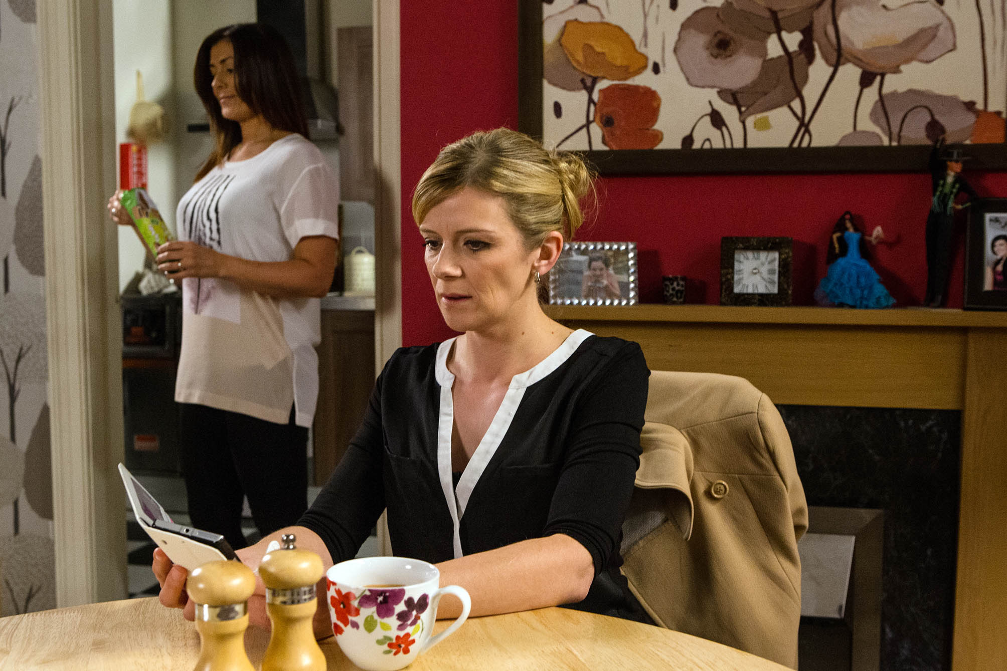 FROM ITV STRICT EMBARGO - NO USE BEFORE TUESDAY 30 AUGUST 2016 Coronation Street - Ep 8984 Monday 5 September 2016 - 2nd Ep Michelle Connor's [KYM MARSH] phone beeps, seeing that the incoming text is from Nick, Leanne Tilsley [JANE DANSON] nervously hides the phone. But when Michelle's phone rings in Leanne's pocket, Leanne is forced to hand it over, making out she picked it up by accident. As Michelle reads Nick's text, Leanne's heart is in her mouth. Has Nick blown everything? Picture contact: david.crook@itv.com on 0161 952 6214 Photographer - Mark Bruce This photograph is (C) ITV Plc and can only be reproduced for editorial purposes directly in connection with the programme or event mentioned above, or ITV plc. Once made available by ITV plc Picture Desk, this photograph can be reproduced once only up until the transmission [TX] date and no reproduction fee will be charged. Any subsequent usage may incur a fee. This photograph must not be manipulated [excluding basic cropping] in a manner which alters the visual appearance of the person photographed deemed detrimental or inappropriate by ITV plc Picture Desk. This photograph must not be syndicated to any other company, publication or website, or permanently archived, without the express written permission of ITV Plc Picture Desk. Full Terms and conditions are available on the website www.itvpictures.com