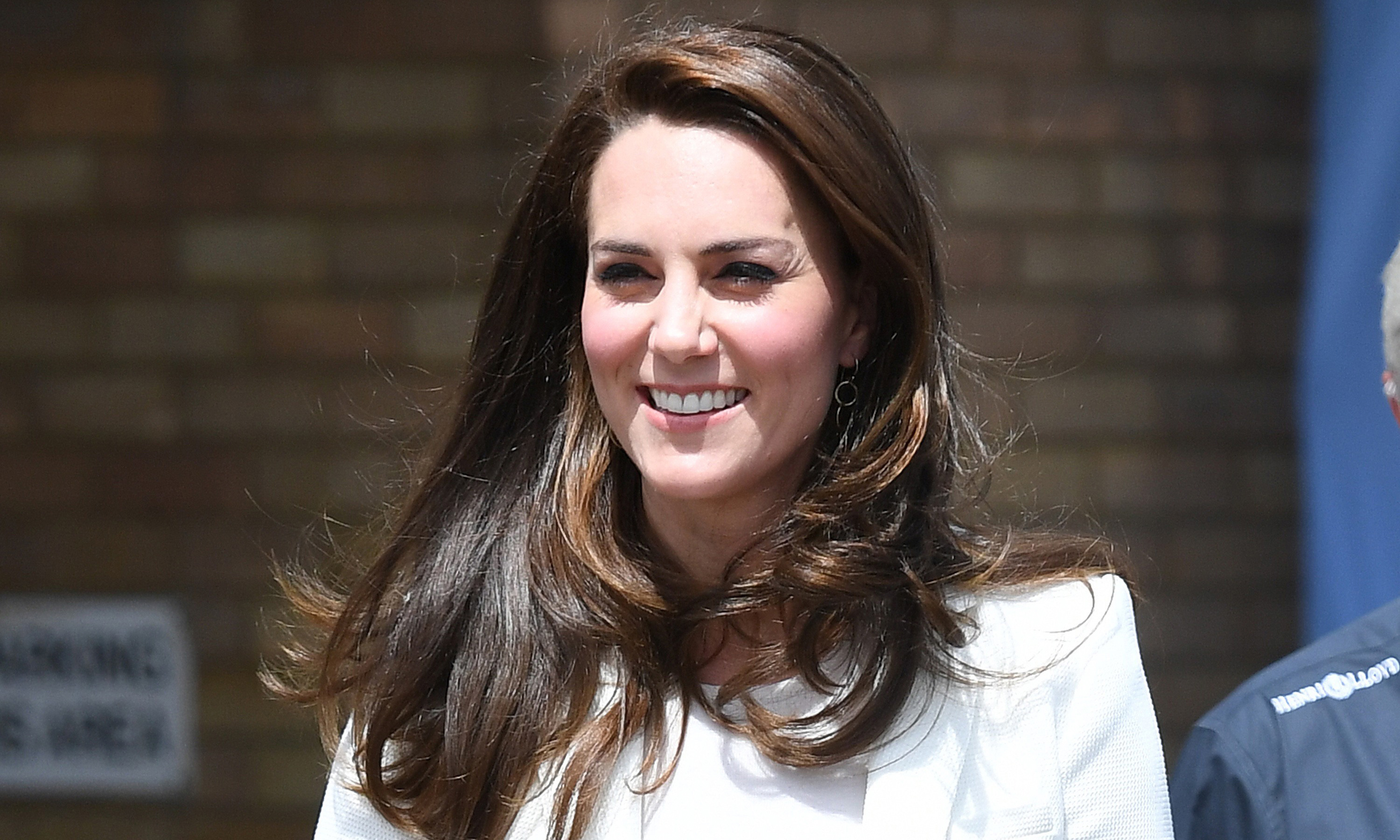 Kate Middleton shows off baby bump