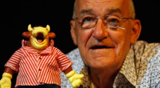 Jim Bowen: Bullseye presenter dies aged 80