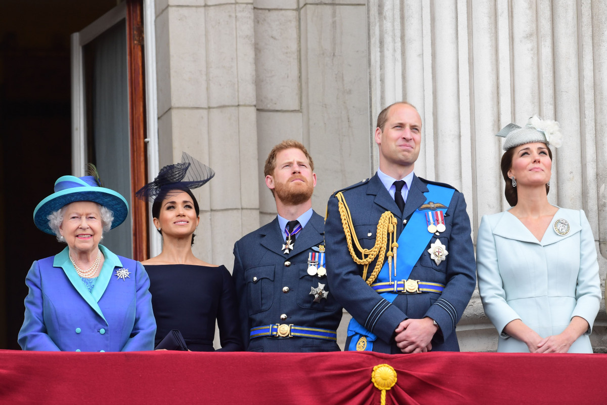 Queen Elizabeth II, Meghan, Duchess of Sussex, Prince Harry, Duke of Sussex, Prince William Duke of Cambridge and Catherine, Duchess of Cambridge watch the RAF 100th anniversary flypast from the balcony of Buckingham Palace on July 10, 2018 in London, England. (Photo by Paul Grover - WPA Pool/Getty Images)