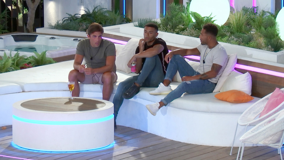 Love Island's Wes gets advice from the boys