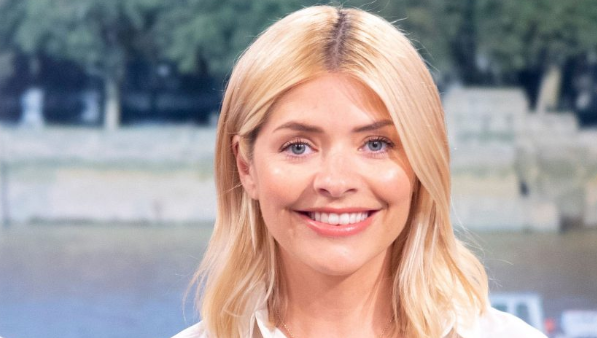 Holly Willoughby is autumn-ready in must-have skirt of the season