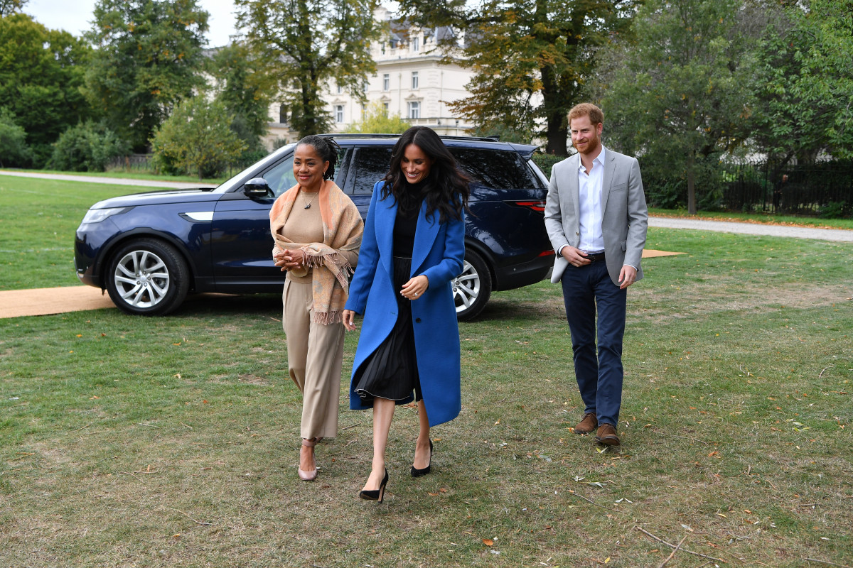 Meghan, Duchess of Sussex (C) arrives with her mother Doria Ragland (L) and Prince Harry, Duke of Sussex to host an event to mark the launch of a cookbook with recipes from a group of women affected by the Grenfell Tower fire at Kensington Palace on September 20, 2018 in London, England. (Photo by Ben Stansall - WPA Pool/Getty Images)