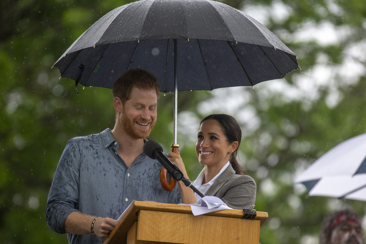 Prince Harry, Duke of Sussex and Meghan, Duchess of Sussex address the public during a Community Event at Victoria Park on October 17, 2018 in Dubbo, Australia. The Duke and Duchess of Sussex are on their official 16-day Autumn tour visiting cities in Australia, Fiji, Tonga and New Zealand. (Photo by Ian Vogler - Pool/Getty Images)