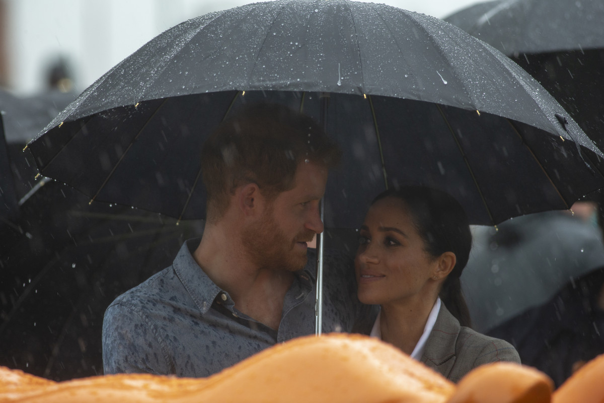 Prince Harry, Duke of Sussex and Meghan, Duchess of Sussex attend a Community Event at Victoria Park on October 17, 2018 in Dubbo, Australia. The Duke and Duchess of Sussex are on their official 16-day Autumn tour visiting cities in Australia, Fiji, Tonga and New Zealand. (Photo by Ian Vogler - Pool/Getty Images)