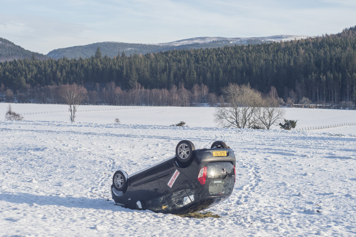 Scottish seasonal snow in Aberdeenshire Caption : Aberdeenshire sees incredible low temperatures as Scotland is hit by a wave of snow and sub zero temperatures. A car is flipped in a field near the town of Crathie. PersonInImage : flipped car Credit : Euan Cherry/WEN