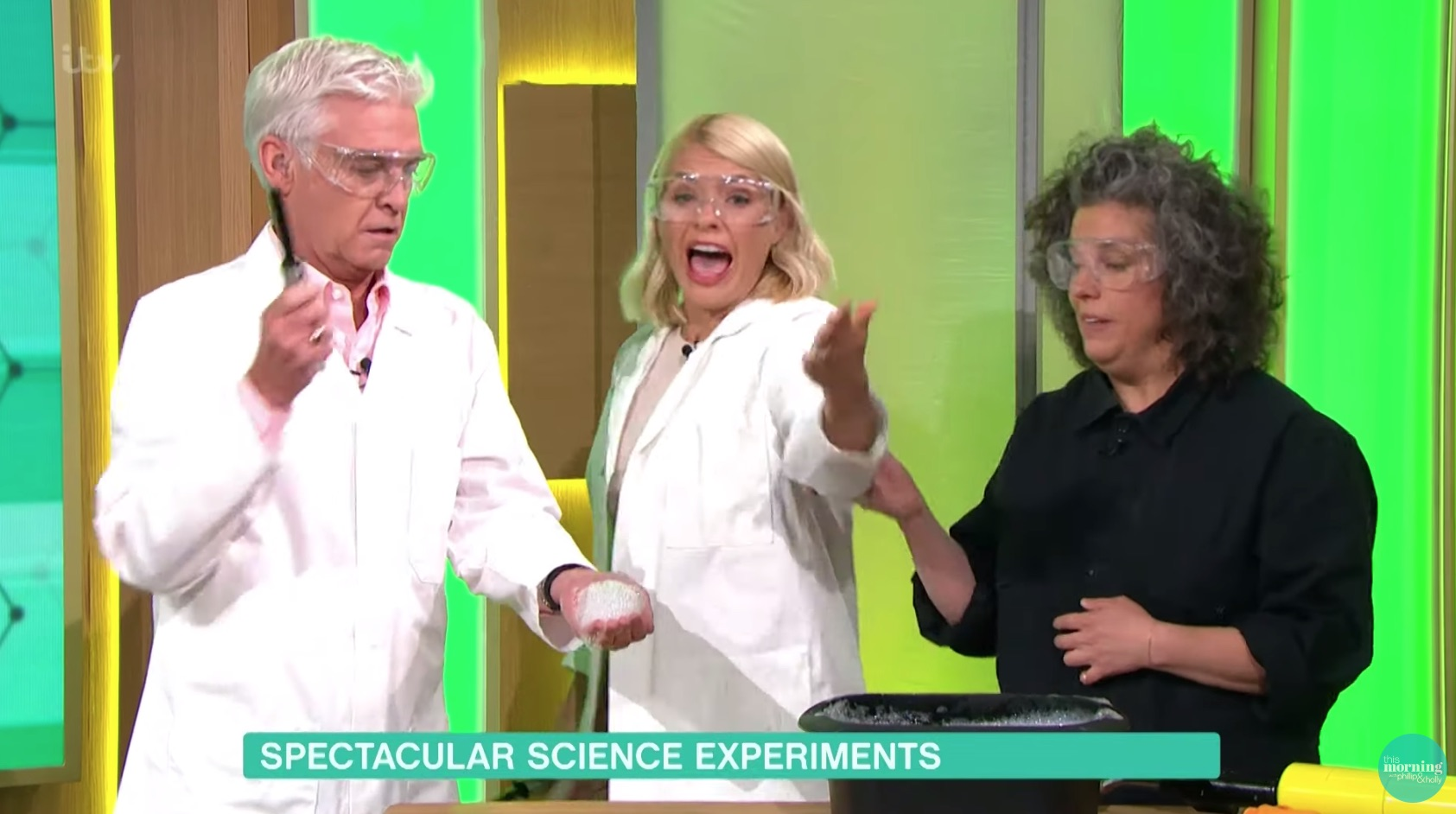 Holly Willoughby screams during science experiment on This Morning