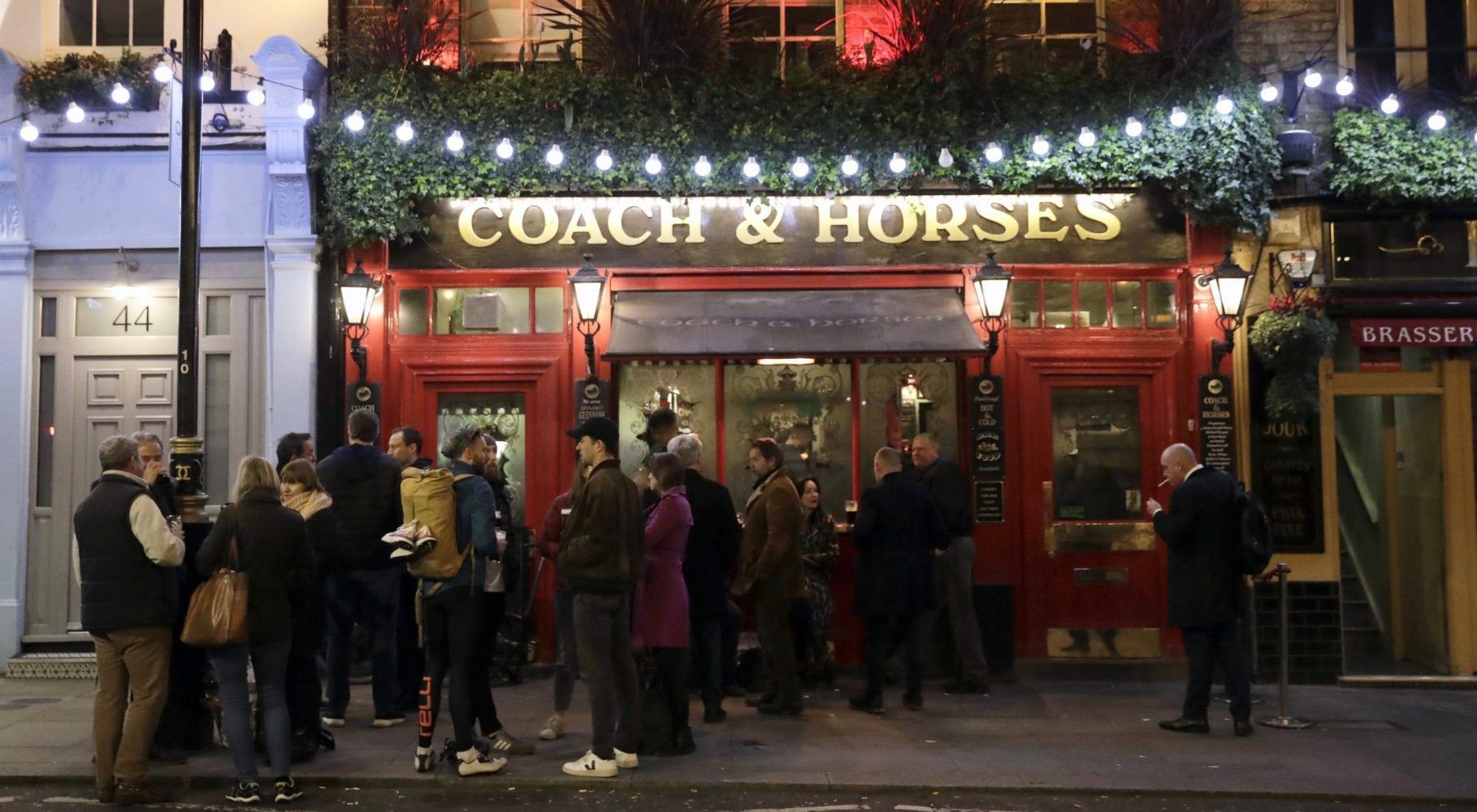 Coronavirus: 'London pubs are packed' despite government's plea for social distancing