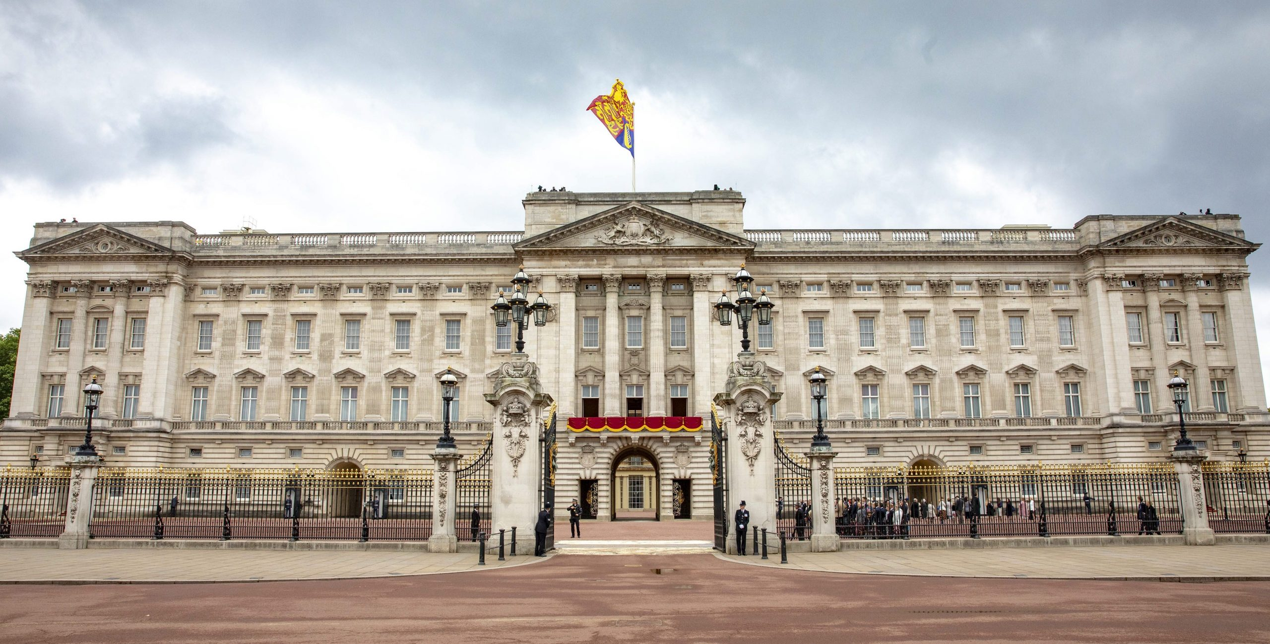 Police issue social distancing warning to couple having sex on the pavement near Buckingham Palace