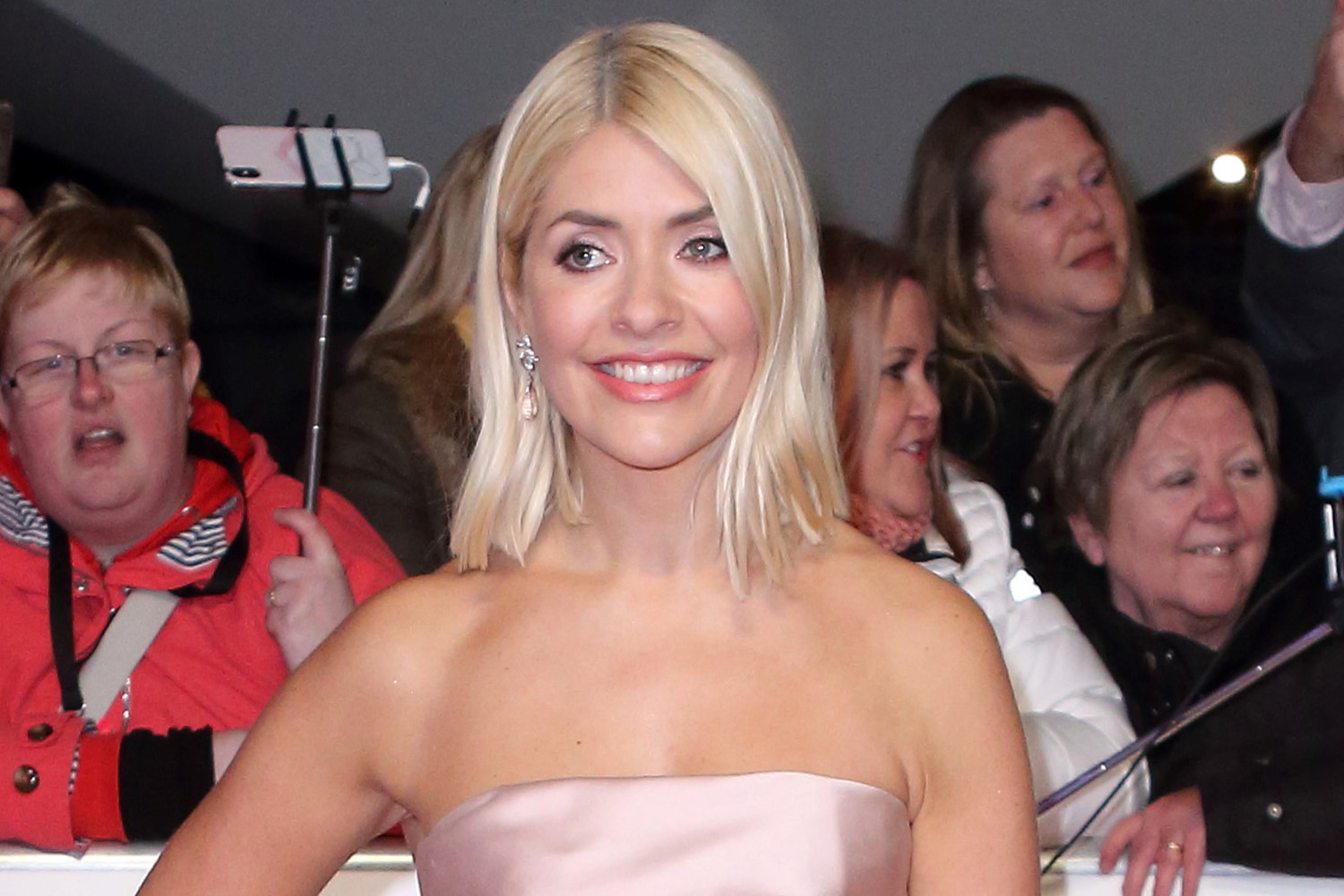 Holly Willoughby slammed for breaking social distancing rule