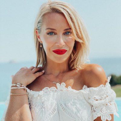 Laura Hamilton en la playa