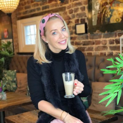 Laura Hamilton en un café