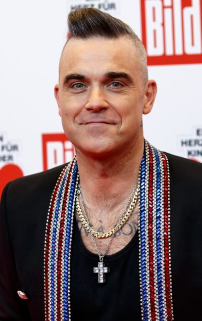 Robbie Williams shows off bald head
